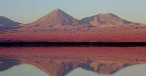 O pôr-do-sol na lagoa Tebenquiche é uma das atrações imperdíveis do Atacama