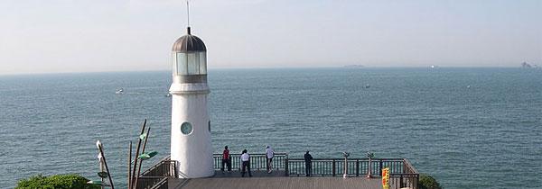 Farol na ilha Dongbaek, em Busan, na Coreia do Sul - Principal porto da Coreia do Sul.