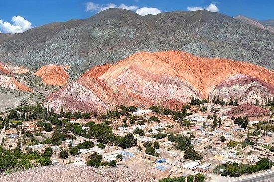 Do alto é possível entender a dimensão e a beleza do cerro Siete Colores, em Purmamarca, na Quebrada de Humahuaca