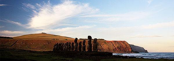 Um dos cartões postais mais famosos de Páscoa, o ahu Tongariki tem uma sequência de 15 moais sobre a maior plataforma funerária de Rapa Nui