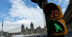 A praça conhecida como Zócalo, localizada no coração da Cidade do México. O México tem uma paisagem diversificada., ocupa uma área de 47 mil m² e está cercada por edifícios históricos