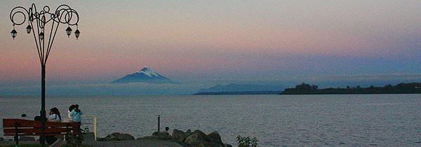 Casais apaixonados são capazes de fazer promessas de amor eterno quando o pôr do sol começa a pintar o imponente vulcão Osorno, na Região dos Lagos, no Chile