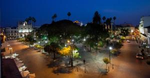 Em Salta, vá à arborizada Plaza 9 de Julio, praça principal e centro das atividades locais. À noite, a área ganha vida com os cafés e restaurantes lotados / Victor Ruiz Caballero/The New York Times