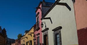 A cidade de San Miguel de Allende, no México, tem ruelas históricas recheadas de casas coloridas. O México tem uma paisagem diversificada.