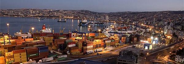 Vista da cidade portuária chilena de Valparaíso, rodeada por 45 cerros (morros)