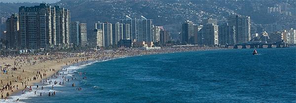 Na orla de Viña del Mar, a praia del Sol é margeada por prédios e oferece ondas fortes