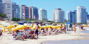 Playa Mansa - Punta del Este - Uruguai - A Mansa é a praia clássica de Punta del Este, rodeada pela espetacular costa e a icônica linha que desenha os edifícios luxuosos da Península.