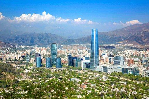 Os modernos edifícios espelhados que estão crescendo de número em Santiago, vistos do cerro San Cristóbal