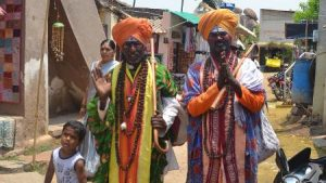 Religiosos no centro de Hampi - Índia