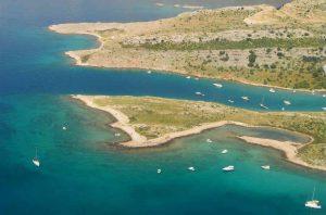 Krk - Praia e vegetação - Croácia